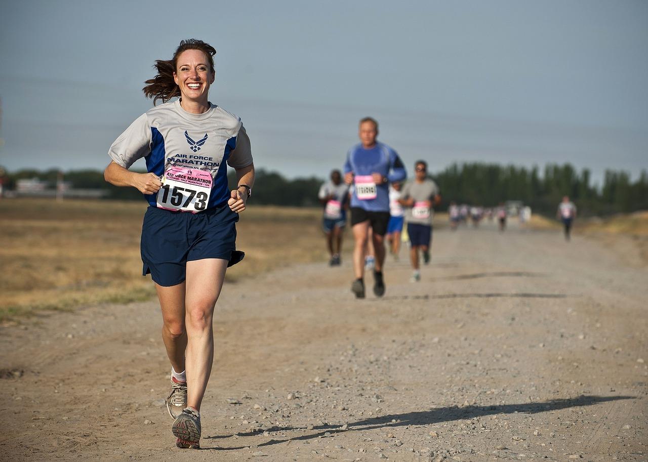 Läufer auf Landstraße